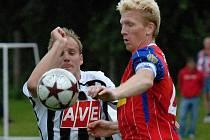 Pavel Mezlík (na snímku z turnaje v Nové Včelnici vlevo v souboji s brněnským Dvornikem) ve St. Florian pečetil druhým gólem vítězství Dynama.