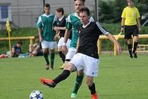 Fotbalisté Lokomotivy ČB (černé dresy) na závěr sezony zdolali v městském derby Čtyři Dvory 4:2.