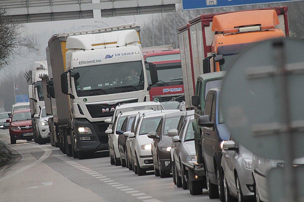 Každodennně se tvoří aso dvoukilometrová fronta auromobilů od obchodního domu Globus až po křižovatku Diamant,kvůli opravě lávky pro pěší a cyklisty a zúžení trasy na jeden pruh,v Českých Budějovicích.