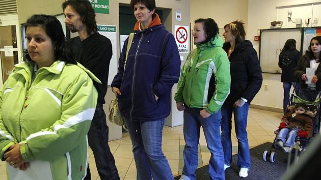 Na českobudějovický úřad práce se v těchto dnech vypravuje hodně maminek s malými dětmi. Vyřizují si žádosti o nové rodičovské příspěvky, které se budou vyplácet od ledna příštího roku.