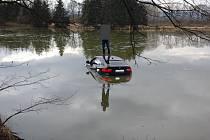 U Čejkovic na Českobudějovicku skončilo v neděli auto v rybníku. Hasiči museli pomoci řidiči a pak vozidlo vytáhnout.