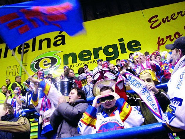 Souboj mezi fanoušky v hledišti nadchl hráče i trenéry. Atmosféra semifinálových zápasů je skvělá. Z Budějovic se příznivci HC Mountfileld vypravili i do K. Varů, autobusy i vlakem.