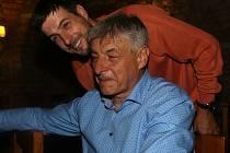 Otec a syn, oba se jménem Zdeněk Pikl. Otec jako šéf Divadla Pikl chodí odpočívat na stavbu, syn coby vystudovaný stavař odpočívá v divadle.