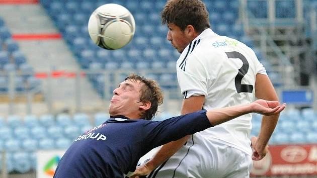 Marko Dusak v zápase se Slováckem odvrací hlavou před hostujícím Hašou.