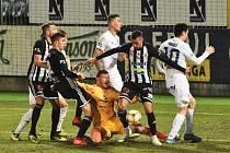 Fotbalisté Dynama minule Baníku podlehli doma 0:2 (na snímku před brankářem Laštůvkou jsou Sivok, Havel a Schranz). Páteční dramatický zápas v Ostravě nakonec skončil smírně 2:2.