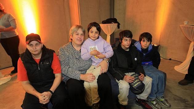 Když před dvaceti lety manželé Koželuhovi zjistili, že nemohou mít vlastní děti, rozhodli se pro pěstounskou péči. Vychovali už devět svěřenců. Na snímku Ivana Koželuhová s dětmi.