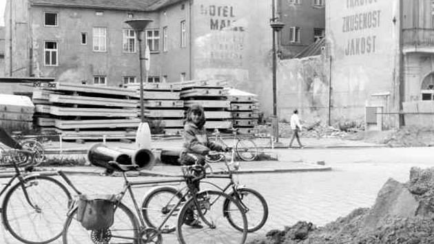 Proluka před vlakovým nádražím v roce 1987.