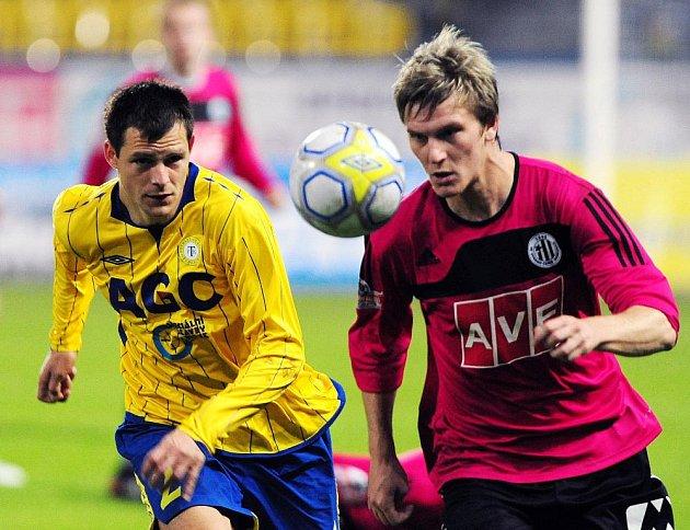 Zdeněk Ondrášek, jenž zápas v Teplicích svým gólem rozhodl, bojuje s teplickým Matejem Sivou.