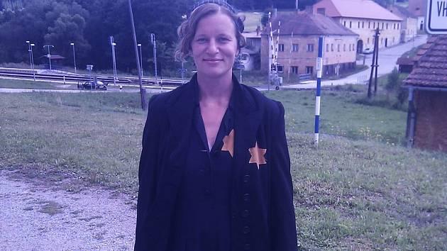 Na plátně se mihne i Hana Konečná, která byla při natáčení v komparzu.