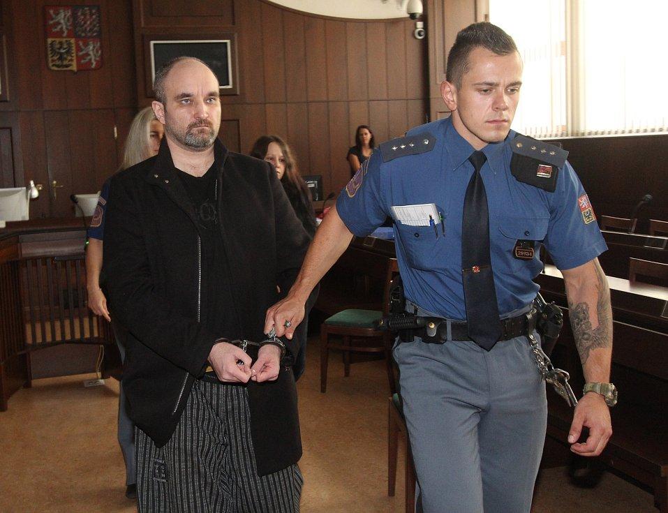 U Krajského soudu v Českých Budějovicích začal sou s pachateli dvojnásobné vraždy u Dobešic na Písecku z loňského ledna.
