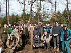 Studenti Vyšší odborné školy lesnické a Střední lesnické školy Bedřicha Schwarzenberga Písek na Školním polesí Hůrka.
