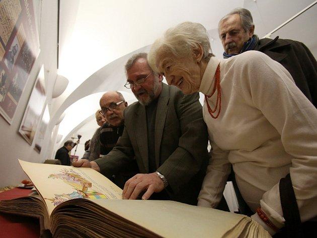Staré kroniky, almanachy, fotografie z představení a další zajímavosti od včerejška představuje výstava, která je v přízemí historické budovy českobudějovické radnice věnována ochotníkům ze spolku J. K. Tyl.