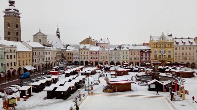 Do bílé se v noci na čtvrtek obléklo českobudějovické náměstí Přemysla Otakara II.