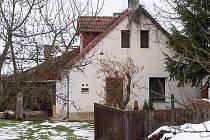 V tomto stavení na kraji Dubence manželský pár bydlel. Nikdo ze sousedů neměl podezření, že by tropili cokoli nelegálního.