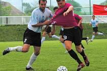 Jiří Adamec byl v duelu Dynamo B – S. Ústí (6:2) k neudržení: na snímku se ho snaží zastavit rukama Vesecký.