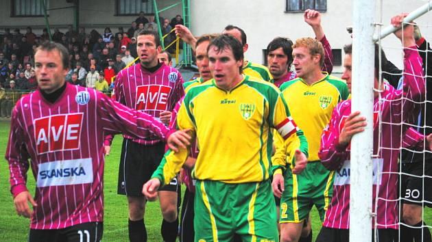 Mutěnický kapitán Rudolf Obal přispěl k ostudnému debaklu prvoligového Dynama dvěma góly, ani Michael Žižka (vlevo) ho neuhlídal.  Napraví si Dynamo reputaci s Jabloncem?