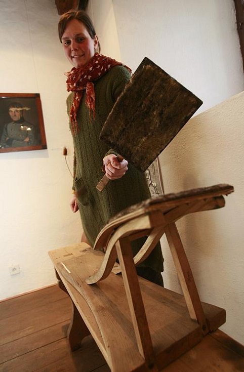 Městské muzeum ve Volyni nabízí do 10. dubna výstavu Vandroval jest soukeníček. Ta představuje soukeníky, kloboučníky, barvíře a punčocháře. Unikátem jsou přes metr velké postřihačské nůžky. Na snímku Veronika Panušková ukazuje tzv. krampli.