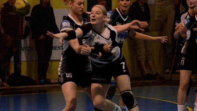 Písecká Dagmar Kalčíková (vlevo) bojuje v jihočeském derby se Zuzanou Kohoutovou