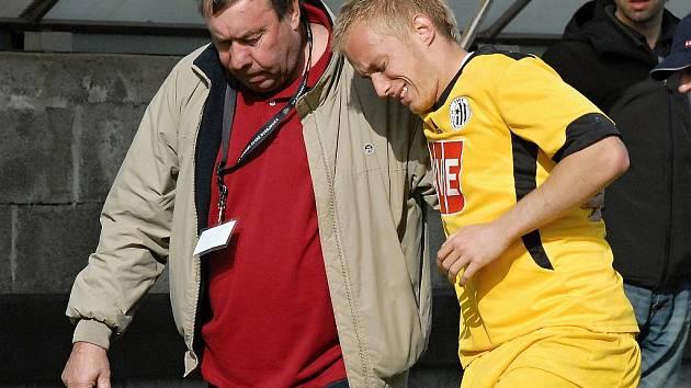 Michal Kaňák rozhodl o výhře juniorky Dynama s Hlavicí, poté ale pro nepříjemné zranění kotníku nedohrál.