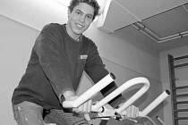 Po operaci čéšky, kterou podstoupil v létě v Olomouci, si dorostenec Bohumil Jank užil jízdy na rotopedu v rámci rehabilitace až až. Koleno drží, obránce nenosí ani ortézu.
