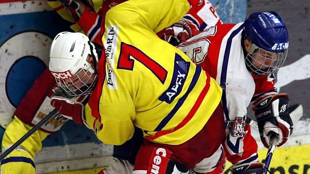 Obránce Č. Budějovic Bohumil Jank (na snímku s č. 7 v utkání s Pardubicemi) nastoupil v této sezoně za pět různých týmů!