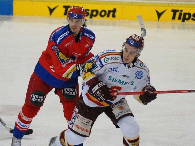 Milan Mikulík (vlevo) v souboji se sparťanem Dragounem.