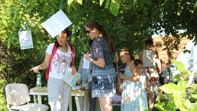 Šek na 350 000 KČ předala v sobotu na Slavnosti vody v Rudolfově Veronika Skusilová ze společnosti dm drogerie markt Aleně Kučerové na projekt přírodní komunitní zahrady.