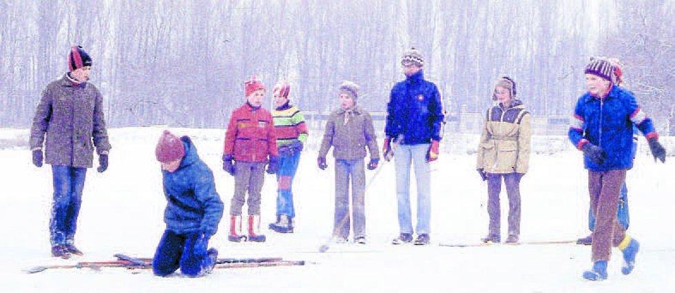 """Mistrovství oddílu v """"kopano-ledo-házeno-bandy hokeji"""" na Bagru ve Stromovce 1977."""