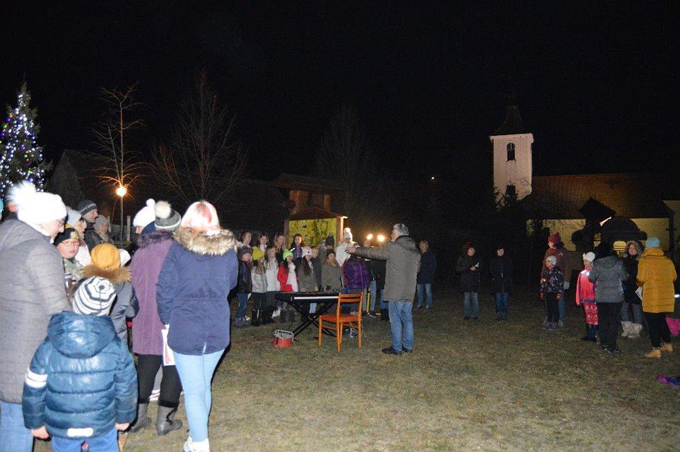 Česko zpívá koledy 2019 v Pištíně s pěveckým sborem Skřivánek ze ZUŠ Zliv.