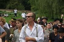 Karel Roden v roli Františka Šímy při natáčení filmu v Lidicích.