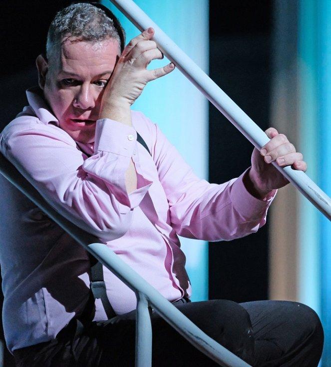 Linecké Hudební divadlo uvádí operu Salome, kterou složil Richard Strauss. Výrazně ji zmodernizovalo. Na snímku Paul McNamara jako Herodes.