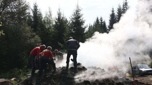 Dobrovolní hasiči z Nové Pece na Šumavě nehasili požár, ale pálili po staru uhlí v milíři