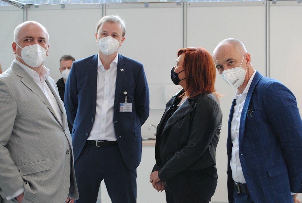 Ministryni financí Alenu Schillerovou českobudějovickým Očkem provedli hejtman Martin Kuba, jeho náměstek pro ekonomiku Tomáš Hajdušek a ředitel budějovické nemocnice Michal Šnorek.