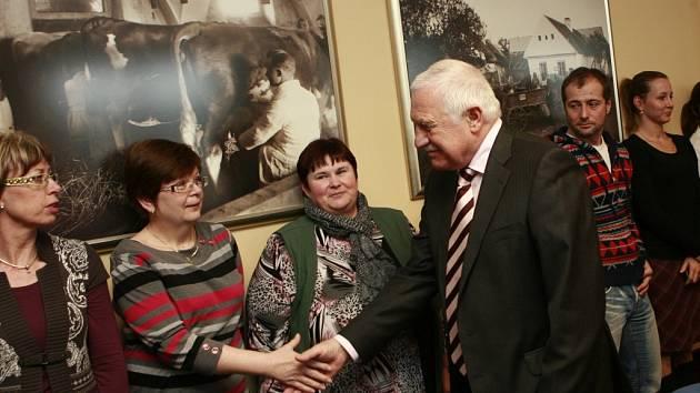 Prezident Václav Klaus navštívil akciovou společnost Madeta v Českých Budějovicích. Setkal se s generálním ředitelem Milanem Teplým a pobesedoval se zaměstnanci.