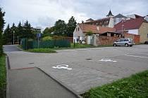 Parkoviště ve Zborovské ulici. Jeho kapacita je 30 aut.