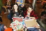 V Kavárně Lanna převzaly děti z dětského domova v Boršově nad Vltavou vánoční dárky.
