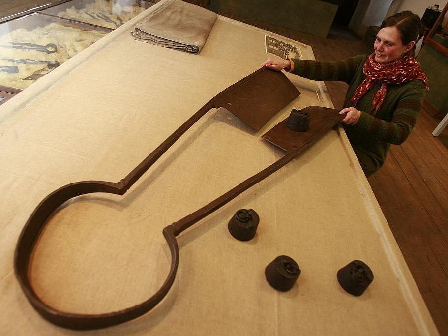 Městské muzeum ve Volyni nabízí do 10. dubna výstavu Vandroval jest soukeníček. Ta představuje soukeníky, kloboučníky, barvíře a punčocháře. Unikátem jsou přes metr velké postřihačské nůžky. Na snímku je ukazuje Veronika Panušková.