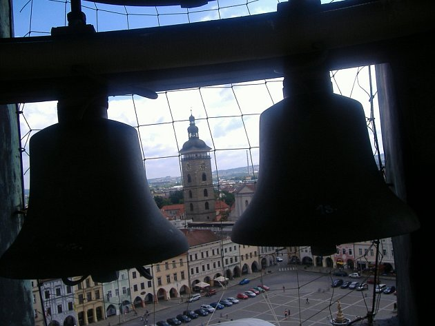V hlavní věži českobudějovické radnice se nachází 18 zvonů zvonkohry.