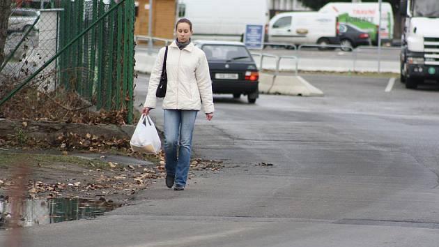 Za několik měsíců už lidé nebudou muset chodit na nákup po silnici.