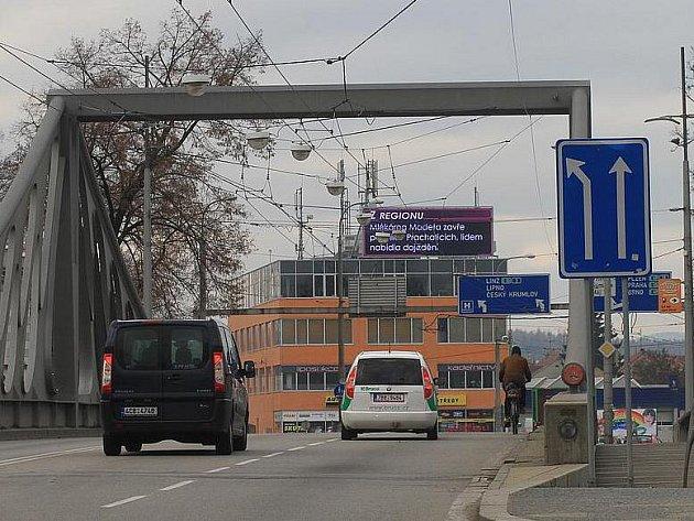 Světelná obrazovka u českobudějovického výstaviště odvádí řidiče od řízení.
