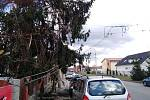 Nákladní automobil strhl troleje, poškozena jsou i osobní auta.
