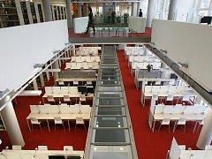 ČEKÁ NA ČTENÁŘE. Jihočeská univerzita otevřela Akademickou knihovnu, jejíž stavba a vybavení stála 154 milionů korun.