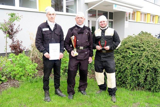 První místo v soutěži odborných dovedností si domů přivezla dvojice budějovických kominíků (zleva) Josef Vyhnálek a Martin Oblouk. Na fotce s mistrem Aloisem Pavlíkem (uprostřed).