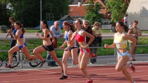 Váňová (druhá zleva) z SK Čéčova běžela na velmi kvalitně obsazeném mítinku v Sušici skvěle, časem 12,75 skončila na druhém místě.