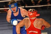 """Přemysl Batěk proti nečistě boxujícímu Janu Šlachtovi podal dobrý výkon a dle trenéra Zdeňka Fabera měl na body vyhrát. """"Tady rozhodčí výsledek otočili,"""" hněval se kouč Samsonu."""
