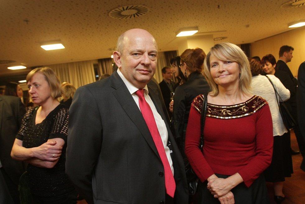 Slavnostní večer k ukončení třetího ročníku projektu Chováme se odpovědně. Na snímku je předseda Jednoty Kaplice Jan Gušl s šéfredaktorkou Českokrumlovského deníku Zuzanou Kyselovou.