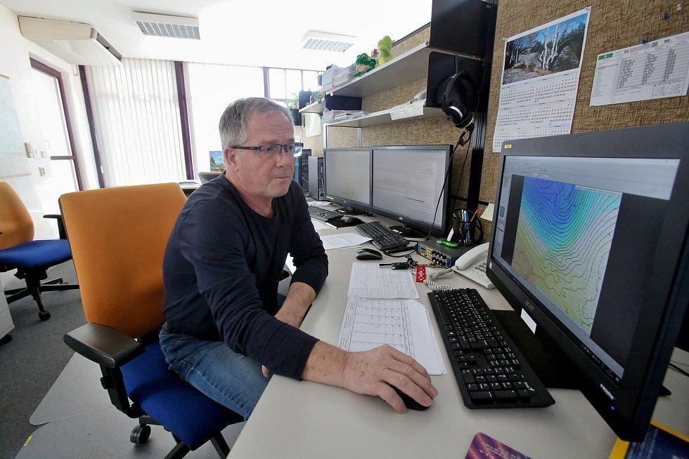 Česko se připravuje na orkán. Hydrometeorolog Václav Kubišta už v neděli neustále odpovídal na telefonické dotazy.
