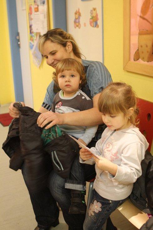 Školky jsou nyní poloprázdné, ordinace plné. Chřipka řádí. Na snímku z čekárny před ordinací dětské lékařky Šárky Mičanové je Monika Hrachová s osmnáctiměsíčním Lukášem a 2,5letou Lucií.