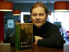 Spisovatel David Jan Žák napsal literární reportáž o Králi Šumavy, která vyšla jako předznamenání nového vydání románu Král Šumavy od Rudolfa Kalčíka.