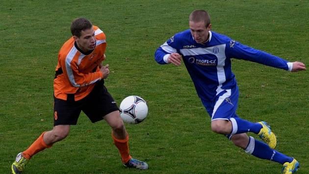 David Radouch v zápase strakonické farmy Dynama s Kolínem (1:4) bojuje s hostujícím Jindřichem Stejskalem.